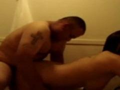 Pareja latina pegando una follada en el lavabo